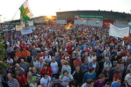 Gut 8000 Rennsport-Fans hatten am Sonntagabend gegen die Absage des Motorrad-Grand-Prix 2012 auf dem Sachsenring protestiert.