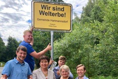 Bürgermeisterin Kerstin Nicolaus (Mitte) und weitere Hartmannsdorfer freuen sich über die Entscheidung des Welterbekomitees.