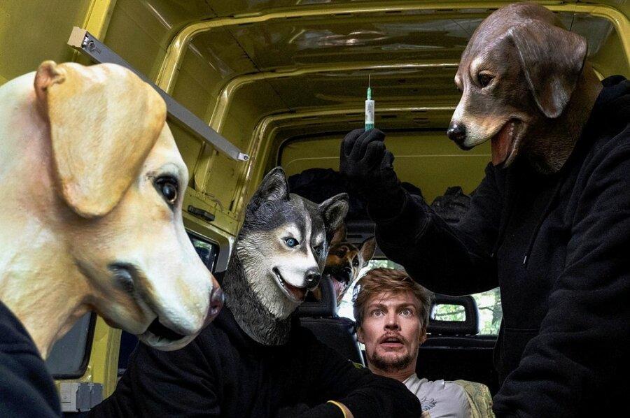 Mit Hundemasken getarnte Entführer schnappen sich Lebemann Frederick Seibold (Helgi Schmid, Mitte).