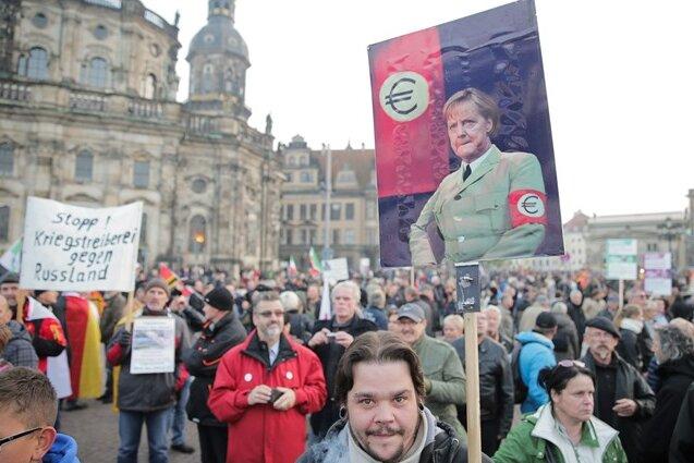 Unverhohlene Anleihen beim dunkelsten Kapitel deutscher Geschichte nimmt dieses Plakat bei der Pegida-Demo in Dresden.