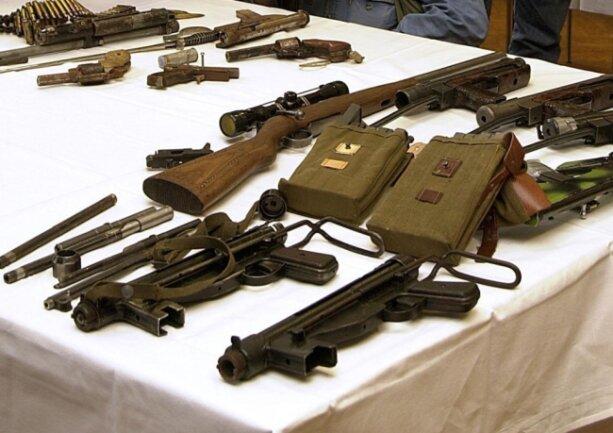 Ein Teil der bei dem Polizeieinsatz im Dezember 2000 in Zschopau gefundenen Waffen und Waffenteile wurde später in der damaligen Polizeidirektion Freiberg den Medien präsentiert.