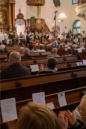 Endlich wieder Konzert: 240 über die ganze Augustusburger Stadtkirche verteilte Zuhörer spendeten der Jungen Philharmonie Augustusburg am Samstag und Sonntag begeistert Applaus.