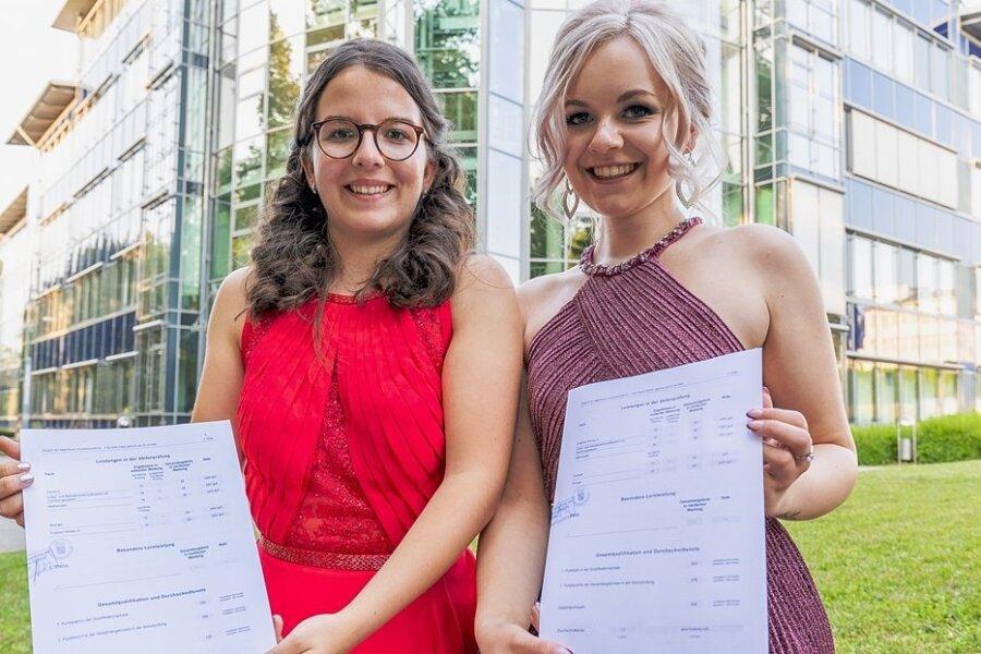 Sofia Voigt (links) aus Stützengrün und Licinia Pinkert aus Stangengrün haben die Allgemeine Hochschulreife mit der Note 1 bestanden.