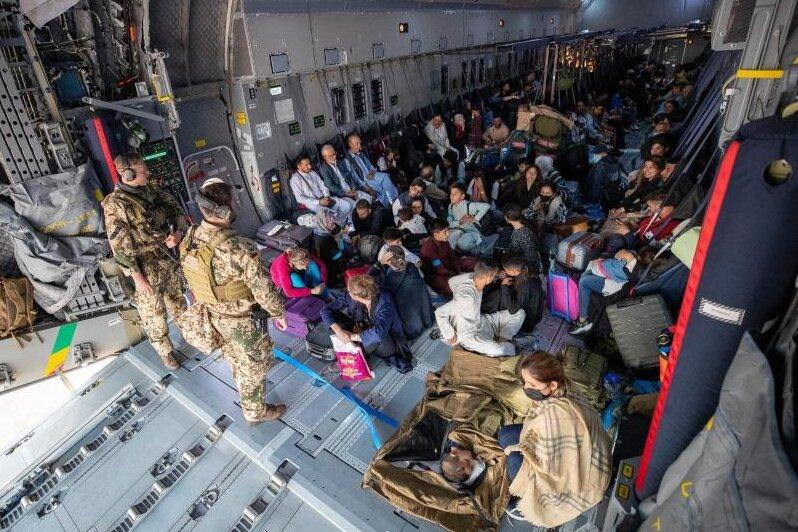 Mit einem Transportflugzeug der Bundeswehr aus Kabul evakuierte Menschen nach der Landung in Taschkent.