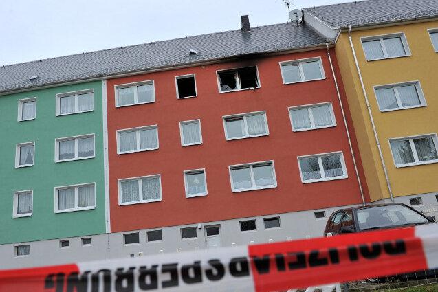 Nach einem Wohnungsbrand am Sonntag in Pausa ist ein 29-jähriger Mann mit schweren Brandverletzungen in eine Spezialklinik geflogen worden.
