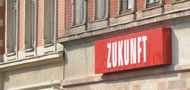 Der Gebäudekomplex an der Leipziger Straße, zwischen Limbacher Straße und Matthesstraße, gehört jetzt zum Teil dem Wohn- und Kulturprojekt Kompott. Das Eckhaus mit dem Zukunfts-Schriftzug will die GGG an einen privaten Investor verkaufen.