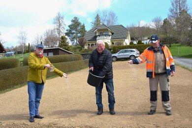 Bürgermeister Sandro Bauroth, Bienenhalter Rudolf Hoffmann und Bauhofmitarbeiter Reinhard Semrau (von links) haben ausgesät. Die erste städtische Bienenweide in Elsterberg braucht nun noch Regen.