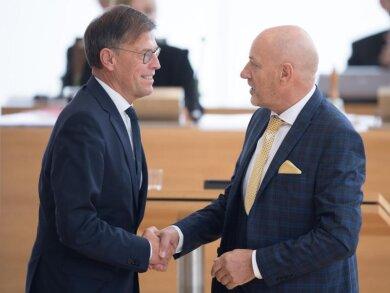 Svend-Gunnar Kirmes (CDU, r), Alterspräsident, gratuliert Matthias Rößler (CDU), Landtagspräsident, zur Wiederwahl.