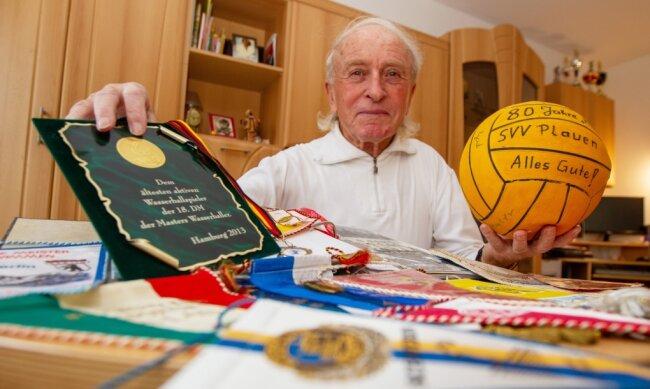 In seinen 70 Jahren als Wassersportler hat Karlheinz Krause eine Menge an Medaillen, Wimpeln oder Urkunden errungen. Besonders stolz ist er auf die Auszeichnung als ältester aktiver Wasserballer Deutschlands, die er 2013 bei den Deutschen Meisterschaften in Hamburg erhielt.