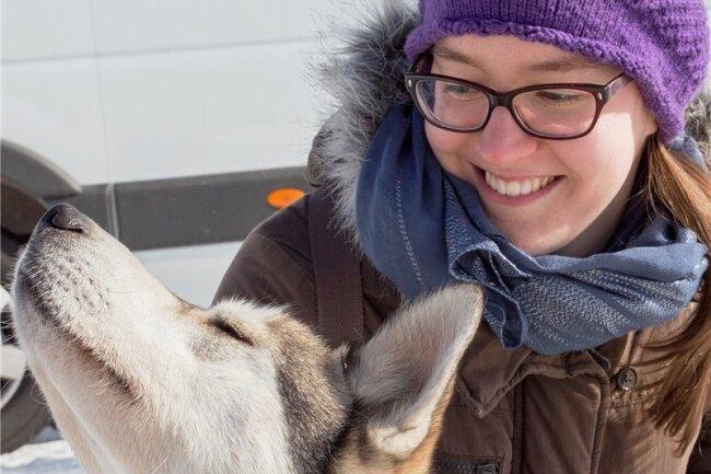 Sarah Göhler aus Dresden streichelt den schmusebedürftigen Cayden.