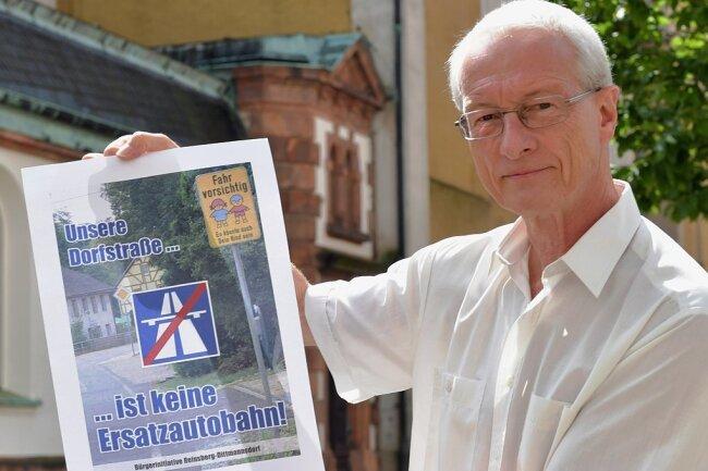 Volker Hönig präsentiert den Entwurf für ein Plakat, mit dem die Bürgerinitiative Reinsberg-Dittmannsdorf gegen den Ausweichverkehr bei Stau auf der Autobahn 4 protestieren will.