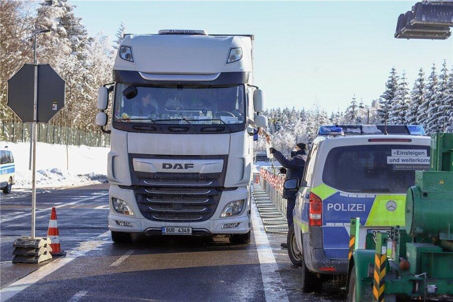 Am Grenzübergang Reitzenhain gab es trotz wenig Verkehr Stau. Oft mussten Polizeibeamte Pendlern erklären, dass sie gar nicht nach Deutschland einreisen dürfen oder welche Unterlagen dafür erforderlich sind.