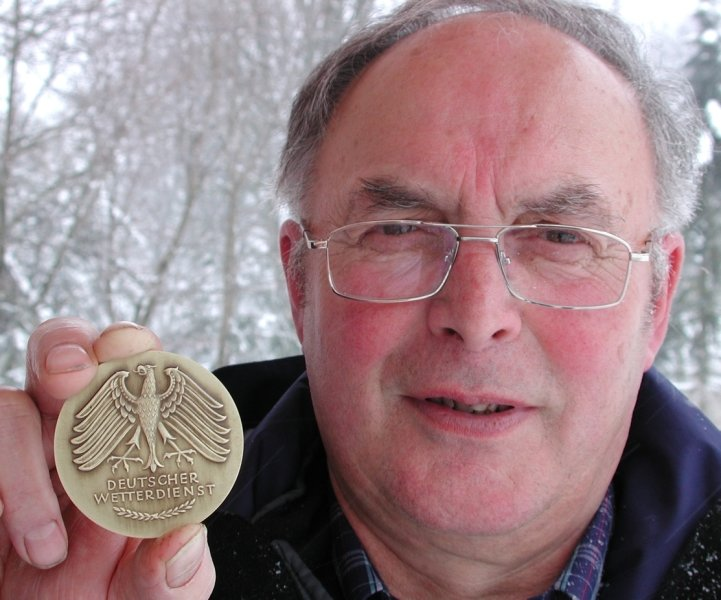 """<p class=""""artikelinhalt"""">Der Ullersdorfer Klaus Dörge wurde vom Deutschen Wetterdienst für 25 Jahre Pflanzenbeobachtung in der Saydaer Region mit der Wetterdienstplakette geehrt. </p>"""