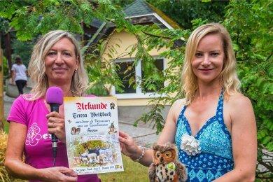 """Bärbel Schroller (links) überreichte Schauspielerin Teresa Weißbach die Patenschaftsurkunde für Sperlingskauz Anton. Weil der """"zu klein und wild"""" ist, konnte man ihn nicht aus dem Gehege nehmen. Symbolisch stand dafür ein Plüschkauz."""