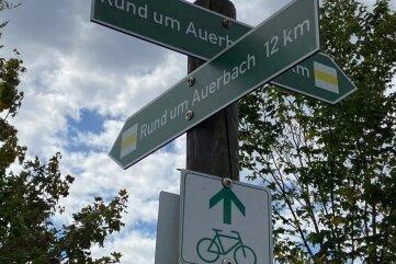 Die Wanderer lernen einen Teil des Auerbacher Rundweges kennen ...