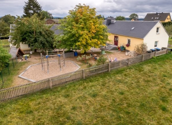 Auf einer direkt an die jetzige Kindertagesstätte angrenzenden Fläche soll die neue Einrichtung in Wernsdorf gebaut werden.