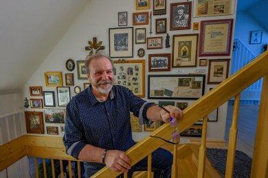 """Herbert Pchalek vor seiner """"Ahnenwand"""". Seit den 1980er-Jahren erforscht er die Geschichte seiner aus Schlesien stammenden Familie."""