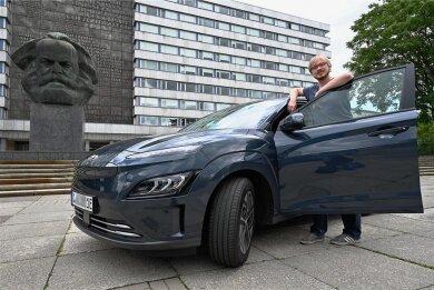 """Start in Chemnitz in den Urlaub mit einem E-Auto, dem Hyundai Kona Elektro: Vor Lukas Fischer, Redakteur der """"Freien Presse"""", liegen mehr als 2000 Kilometer Weg."""
