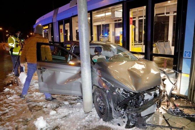 Bei dem Zusammenstoß geriet das Auto zwischen die Straßenbahn und einen Ampelmast.