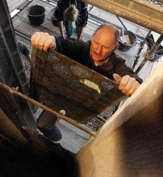 Restaurator Klaus-Peter Müller beim Demontieren der 40 bleigefassten Ornamentglassegmente im nordöstlichen Bereich des Doms. Vermutlich um 1890 waren die Fenster eingesetzt worden. Der Zahn der Zeit, aber auch die Bergsenkungen aus der Zeit des Steinkohlenbergbaus haben ihre Spuren hinterlassen.