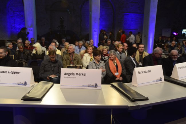 """Sie diskutieren mit der Kanzlerin: Leserinnen und Leser der """"Freien Presse""""."""