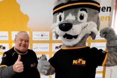 Glückwunsch zum Jubiläum: Das neue KSB-Maskottchen Fredi ist allerdings deutlich kürzer im Amt als Hans-Jürgen Potratz. Der verdienstvolle Funktionär gehört seit der Gründung des KSB Mittelsachsen zum Team.