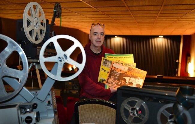 Matthias Hanitzsch steht auf der Empore im großen Saal des Kinos. Dort wird Besuchern die Technik vergangener Epochen gezeigt. Noch heute laufen Projektoren des Dresdener Herstellers Ernemann.