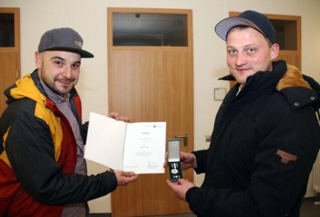 Stolz zeigen Mirko Hoffmann (rechts) und Benjamin Viehrig ihre Auszeichnung als Lebensretter.