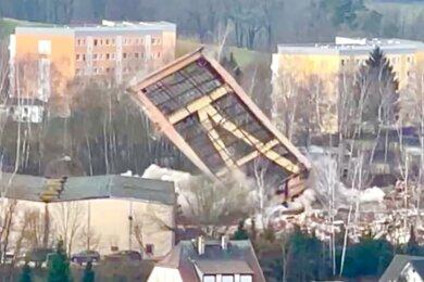 Der Förderturm des Martin-Hoop-Schachtes IX inMülsenist nach der Sprengung am Mittwoch Geschichte.