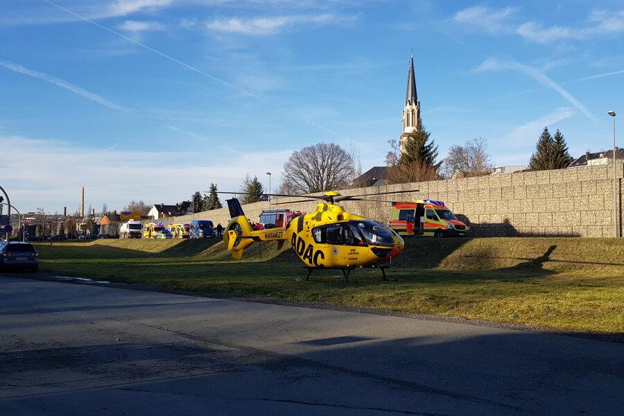 Ein Rettungshubschrauber kam auf der B 92 im Stadtgebiet von Oelsnitz zum Einsatz.