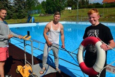 Die Schwimmmeister Rick Seifert und Ronny Müller (v. l.) können sich ebenso wie der ehrenamtliche Helfer Anton Lunze (r.) auf viele Neuerungen im Hainichener Freibad freuen.