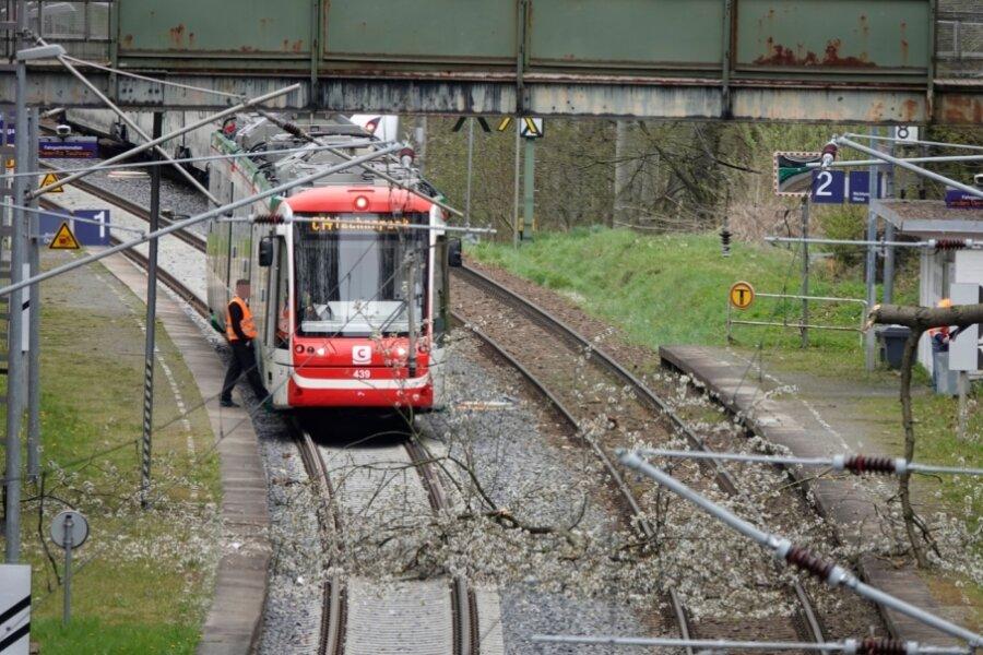 Baum auf Gleis - Bahnstrecke gesperrt