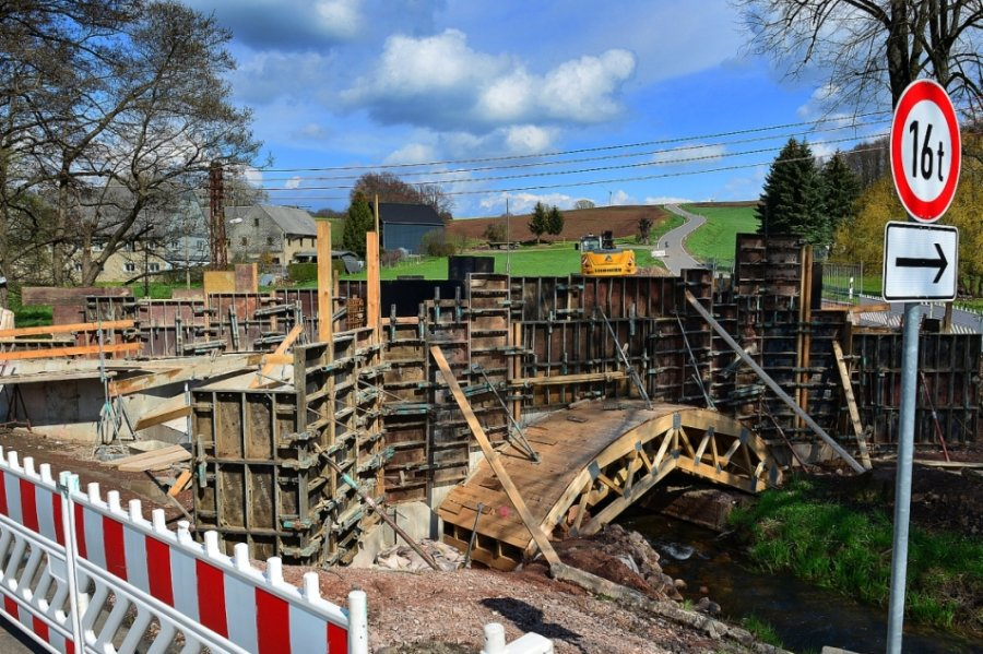 Die Arbeiten an der Brücke über die Kleine Striegis in Berthelsdorf am Ortsausgang in Hainichen in Richtung Langenstriegis verzögern sich. Gesperrt ist nun bis 15. Juli.