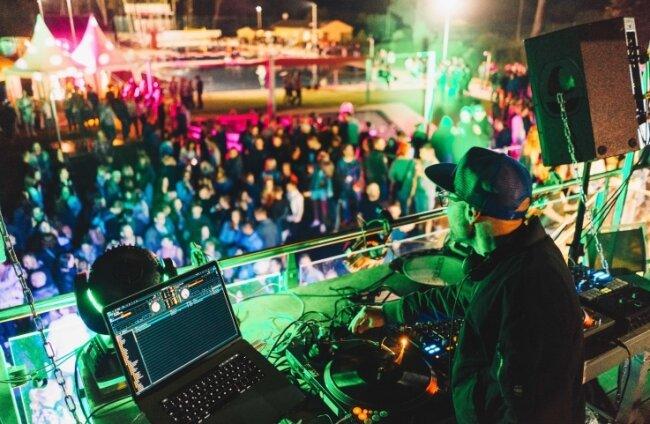 Im Sommer 2018 heizte DJ Dirk Duske im Sonnenbad Rußdorf die Stimmung an. In diesem Jahr soll auch wieder Disco sein.