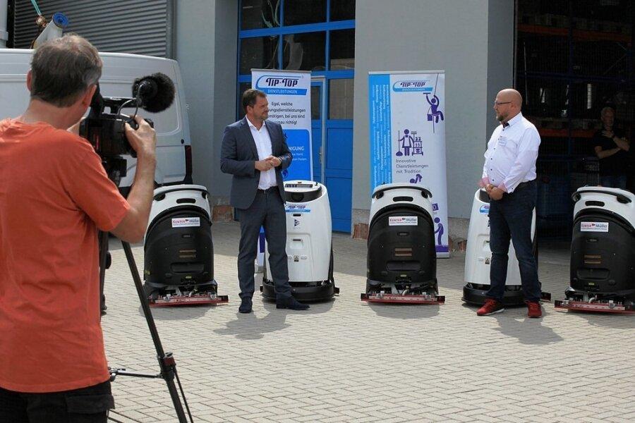 Tip-Top-Geschäftsführer Niels Pfaff und Marko Hache (rechts), Geschäftsführer der Kenter-Müller GmbH, stellen die neuen Geräte am Mittwoch vor Journalisten vor.