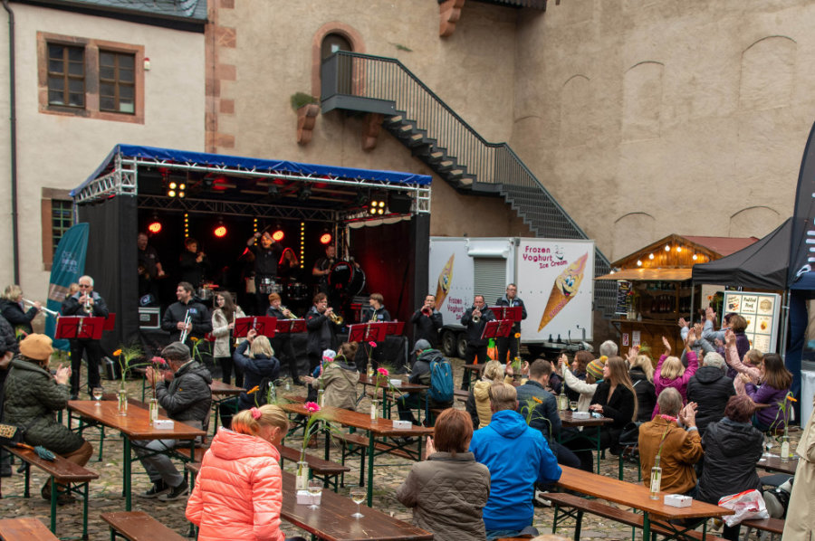 Erstes Weinfest in Rochlitz lockt viele Besucher an