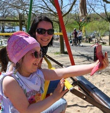 Die sechsjährige Emma Kelimes mit ihrer Mutter Andrea beim gemeinsamen Foto auf der Schaukel im Sonnenlandpark.