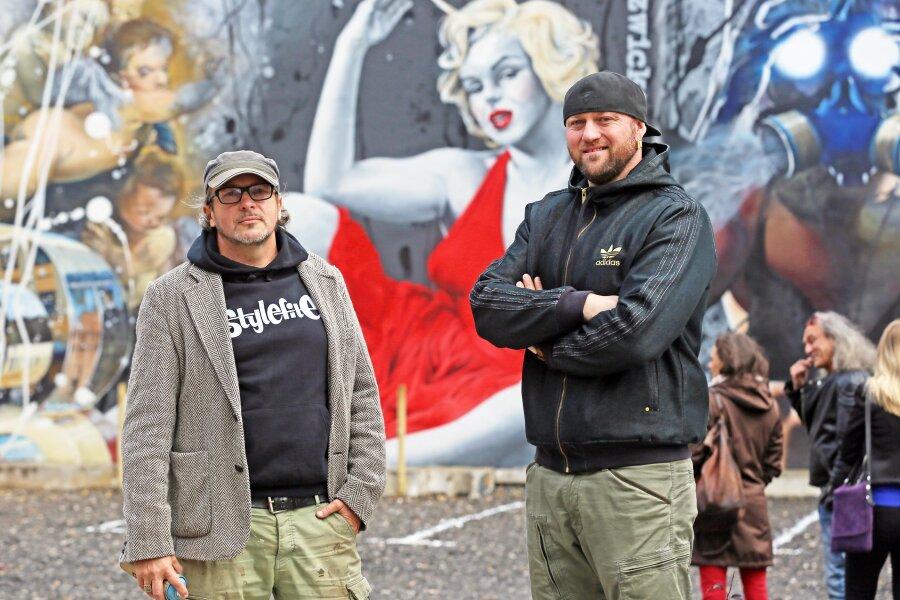 Jens Mueller alias Tasso (links) und Randy Engelhard präsentierten zur Vernissage das Graffito an der Peter-Breuer-Straße.