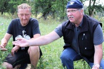 Hans-Jürgen Gerlach (rechts) und Axel Neuber begutachten eine der zahlreichen Fahrzeugspuren.