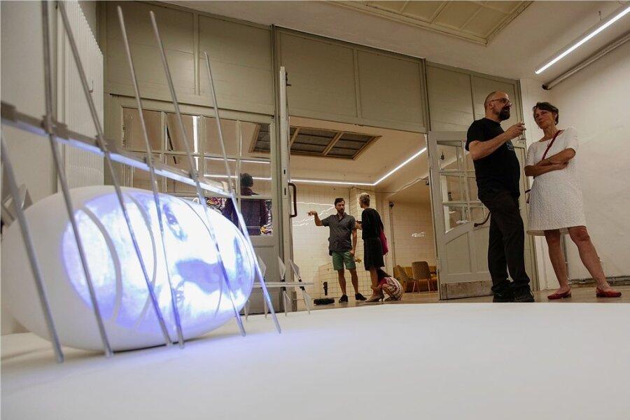 """In der Galerie Forum K ist in einer neuen Ausstellung unter anderem Tony Oursler Video-Installation """"Luftmetall"""" von 2001 zu sehen."""