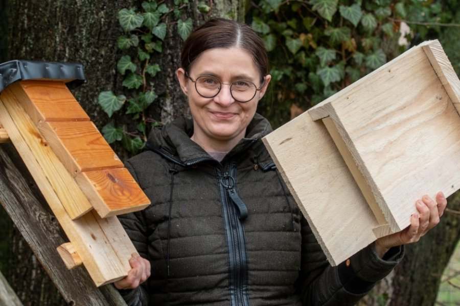 Die ersten Exemplare sind schon fertig: Marion Gringer mit zwei Fledermauskästen.