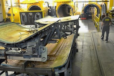 """In einer Art Backofen werden bei Cotesa Flugzeugteile aus Faserverbundstoffen unter Hitze und Überdruck """"gebacken"""". Bis September baut der Zulieferer rund 200 von etwa 800 Stellen im Unternehmen ab."""