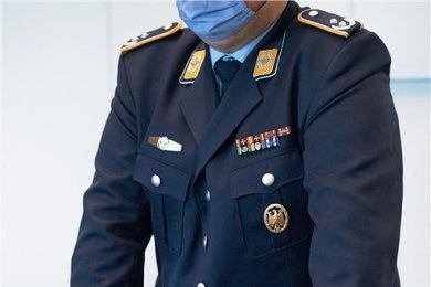Um neun Uhr am Donnerstag im Saal des Kölner Landgerichts nimmt der Oberstleutnant Haltung an. Er soll erzählen, was dran ist am Vorwurf, er habe sich des Geheimnisverrates schuldig gemacht.