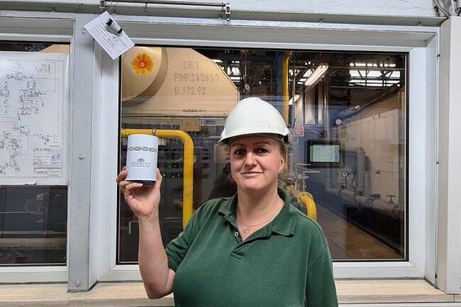 Unscheinbare Messtechnik: Sandra Schurig im Leitstand des Heizwerks mit einer Radonsonde, mit der vorab Hotspots ermittelt wurden. Links über ihr ist eines der Dosimeter zu sehen, die ein Jahr hängen bleiben.