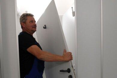 Hans Lang vom Bauhof bei Reparaturen in der Toilette der einstigen Blumenhalle. Türen waren eingetreten, Wände mit Fäkalien beschmiert worden.