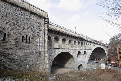 Tatort Friedensbrücke: Auf der Brücke hat es am Freitag einen Polizeieinsatz gegeben. Ein Mann war mit einem Küchenmesser auf eine Passantin losgegangen.