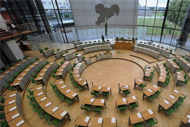 Bleibt der Sächsische Landtag weiter außen vor oder kann er über die Corona-Regeln mitreden? Aus mehreren Fraktionen kommt die Forderung, die Abgeordneten mehr zu beteiligen.