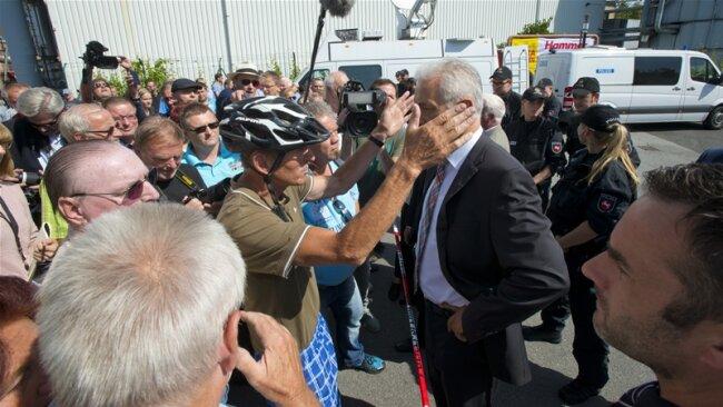"""""""Satz heiße Ohren"""" hat """"Freie Presse""""-Fotograf Uwe Mann sein Bild von Ministerpräsident Stanislaw Tillich in Heidenau genannt."""