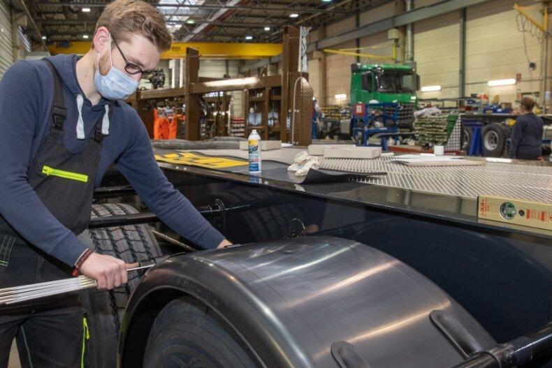 Rund 60 Mitarbeiter arbeiten aktuell bei der Firma Doll in Mildenau. Im Bild: Benjamin Baldauf bei der Montage von Kotflügel.