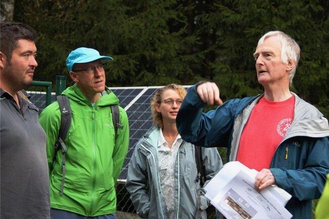 Horst Kämpf leitete die Exkursion in das deutsch-tschechische Erdbebengebiet. Erste Station war das Tiefenobservatorium in Landwüst, mit dem Schwarmbeben zukünftig besser abgehört werden können.